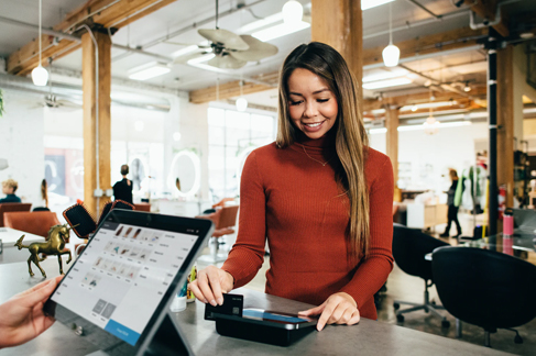 Woman-Paying0-for-order-at-cafe